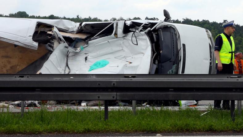 Na autostradzie A4 między Opolem a Katowicami na wysokości Krapkowic samochód dostawczy najechał na pojazd służby drogowej.
