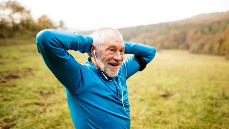 Starszy mężczyzna biega, trening