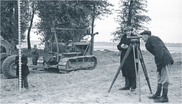 W latach 50. wyliczanie powierzchni gruntów wykonywano z dokładnością do jednego ara Fot. PAP/CAF