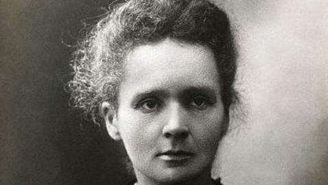 Maria Skłodowska-Curie opracowała teorię promieniotwórczości i odkryła dwa nowe pierwiastki: rad i polon
