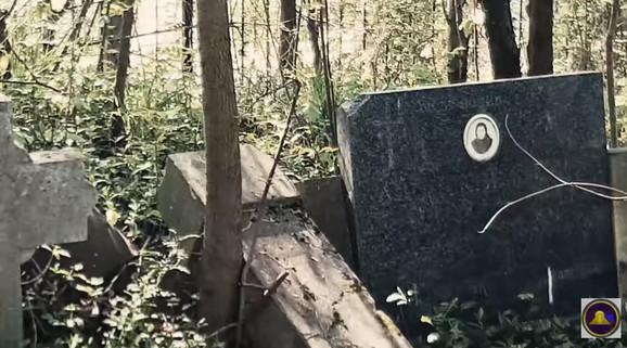 Neki od spomenika su bili čitavi i na svom mestu
