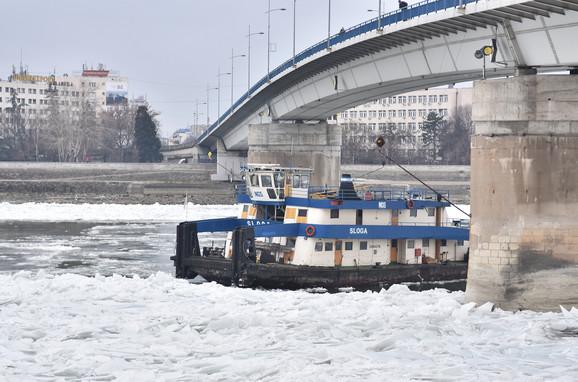 Potiskivač ''Sloga'' potiskuje led na Dunavu kod Novog Sada