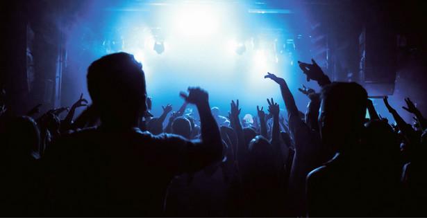 Choć odwołano festiwale i inne duże wydarzenia, wakacyjne weekendy Polacy spędzali, imprezując wśród ludzi.