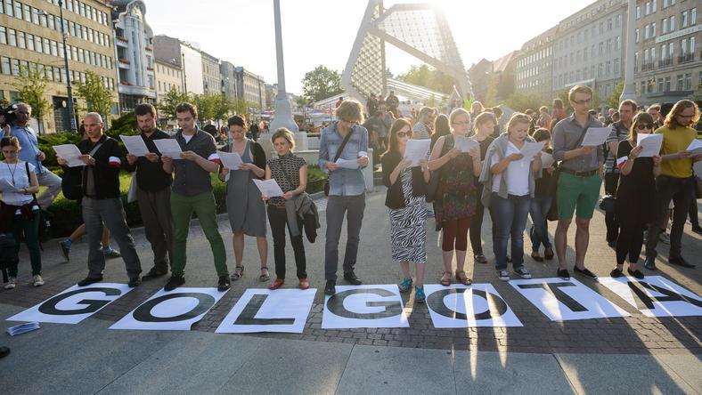"""Publiczne czytanie tekstu sztuki """"Golgota Picnic"""", na Placu Wolności w Poznaniu"""