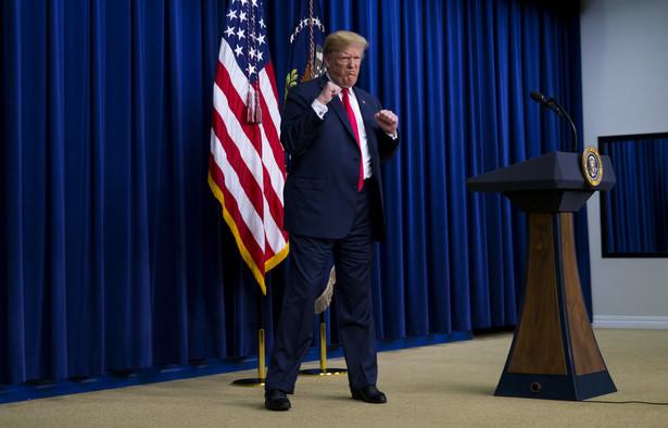 Donald Trump gestykuluje podczas wydarzenia Face-to-Face With Our Future zorganizowanego w Białym Domu