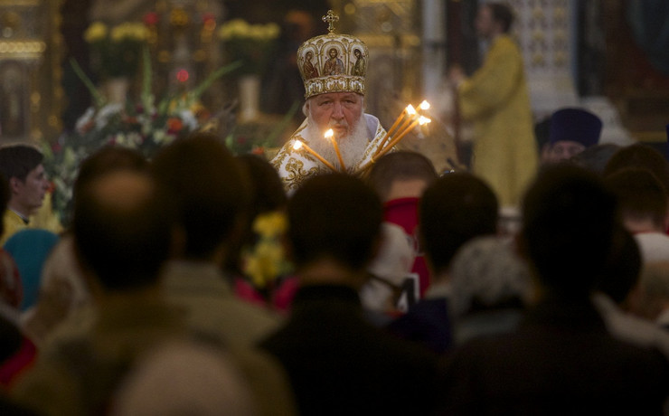 618151_russian-orthodox-patriarch-kirill-prays-during-the-religious-service-to-mark-the-day-of-st.-cyril-and-methodius-2ap