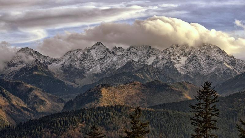 Widok na Wysokie Tatry po stronie Słowackiej, ze szlaku prowadzącego z Wierchu Porońca na Rusinową Polanę.
