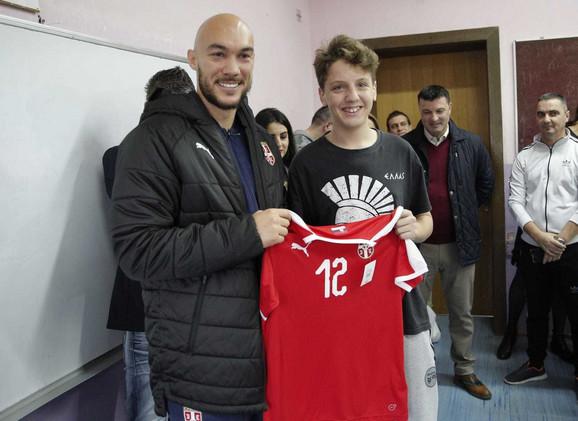 Golman reprezentacije Srbije Marko Dmitrović u poseti mladenovačkoj školi