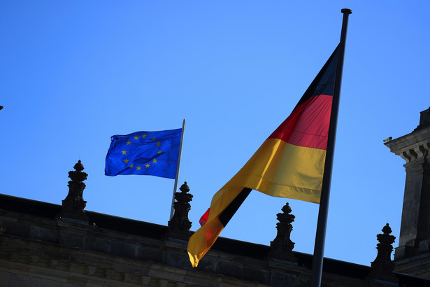 <p>Flaga Niemiec i UE na Bundestagu. Berlin, Niemcy, 9.09.2020</p>