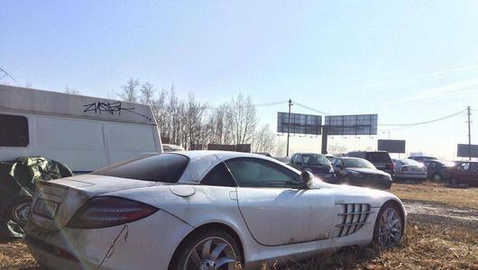 MercedesSLR gnije na policyjnym parkingu