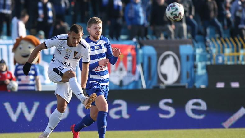 Zawodnik Wisły Płock Dominik Furman (P) i Damian Dąbrowski (L) z Pogoni Szczecin, podczas meczu 21. kolejki piłkarskiej Ekstraklasy