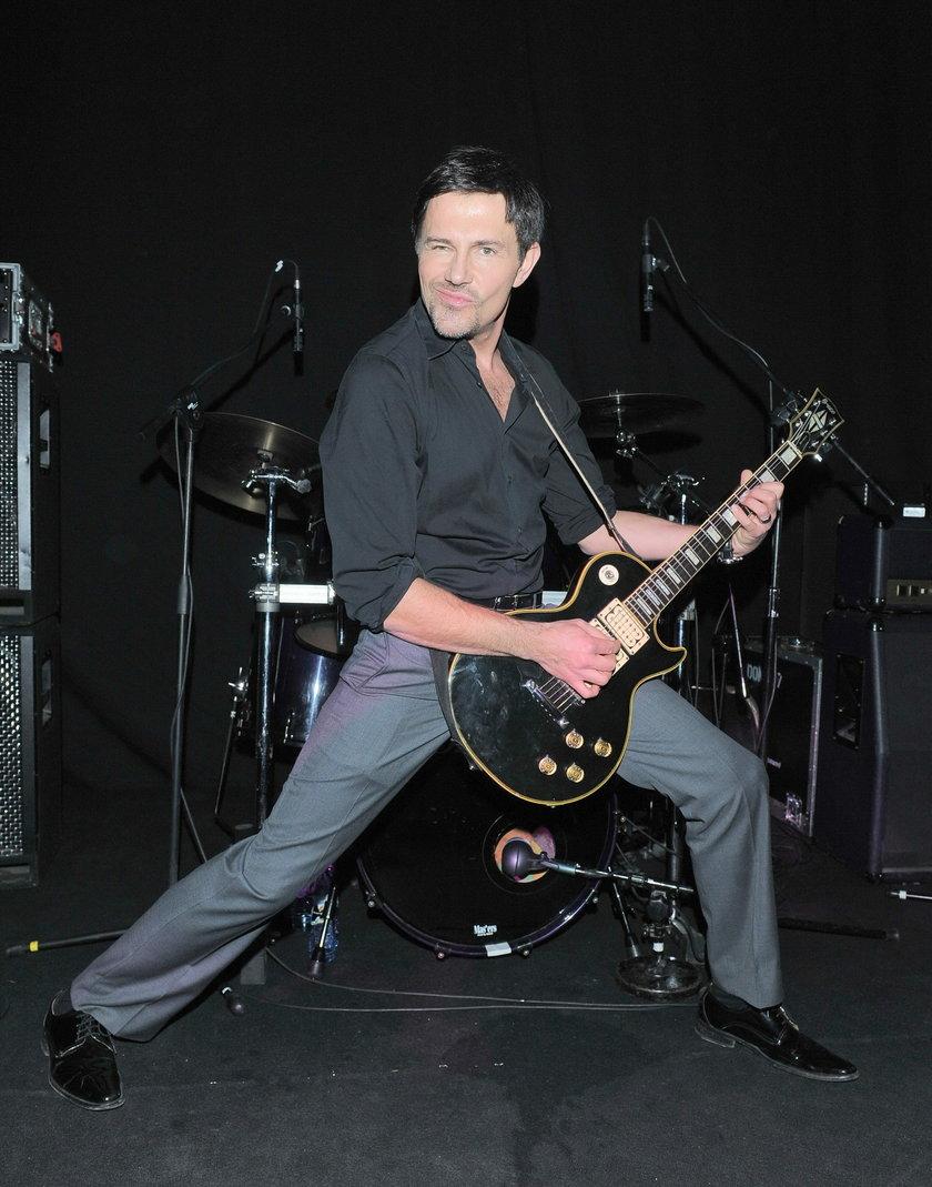 Krzysztof Ibisz z gitarą