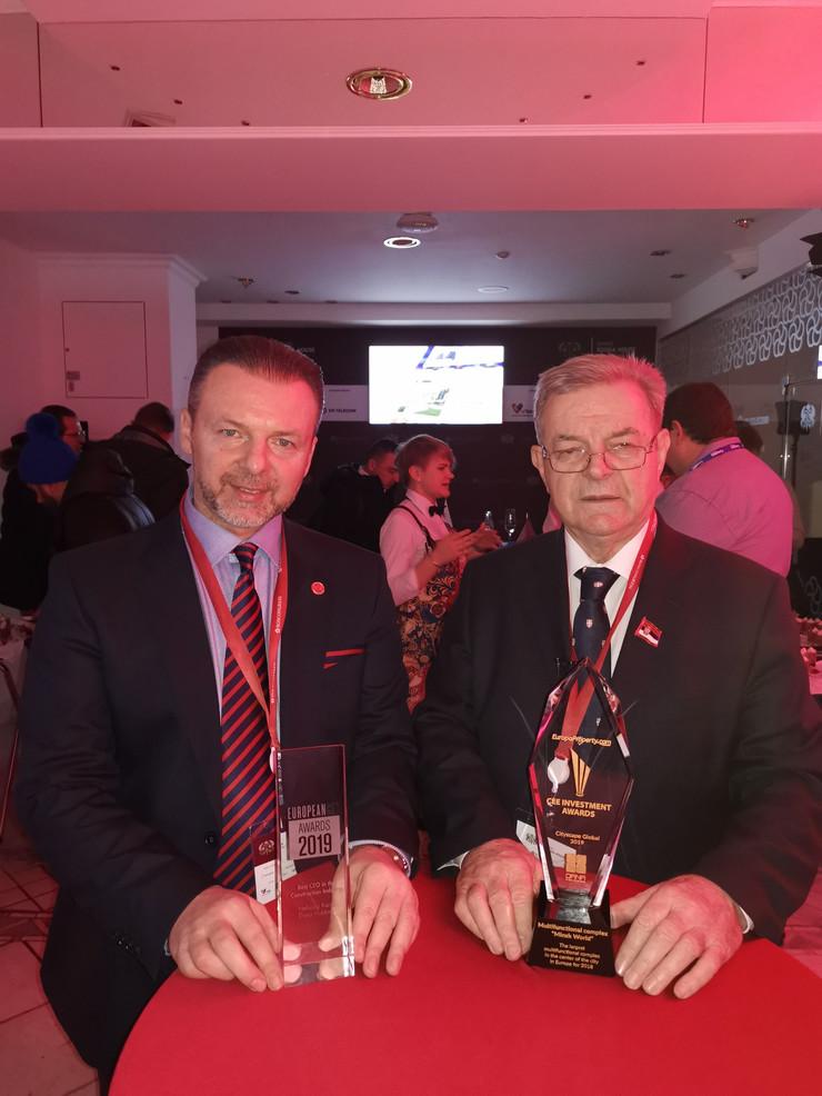 Simon i Dragomir Karic sa nagradama u Davosu