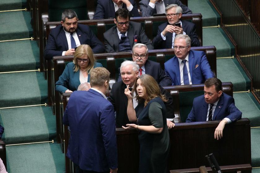 Pokazała środkowy palec w Sejmie. Teraz anulowali jej naganę