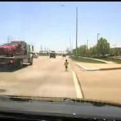 Mališan je trčkarao po magistrali, a policajac ga je spasao SIGURNE SMRTI