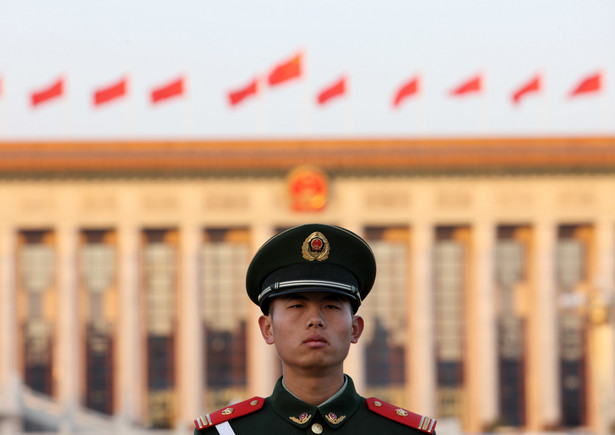 2. Chiny Chiny na wojsko w 2013 roku wydały 112,2 mld dol. Jak podkreślają eksperci z Instytutu, Chiny bardzo szybko uzupełniają zaległości wobec dotychczasowych militarnych potęg. Niedawne doniesienia z Pekinu o testach wojskowych samolotów hiperdźwiękowych (prędkość mach od 5-10) stawiają ten kraj obok USA i Rosji jako jedynych na świecie, które dysponują taką technologią. Na zdj. Żołnierz chińskiej Armii Ludowo-Wyzwoleńczej
