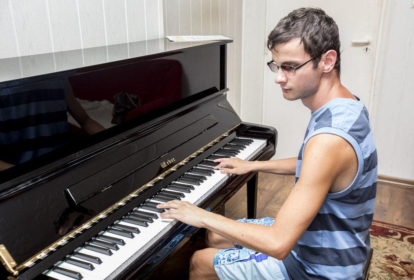 Przemek przy fortepianie