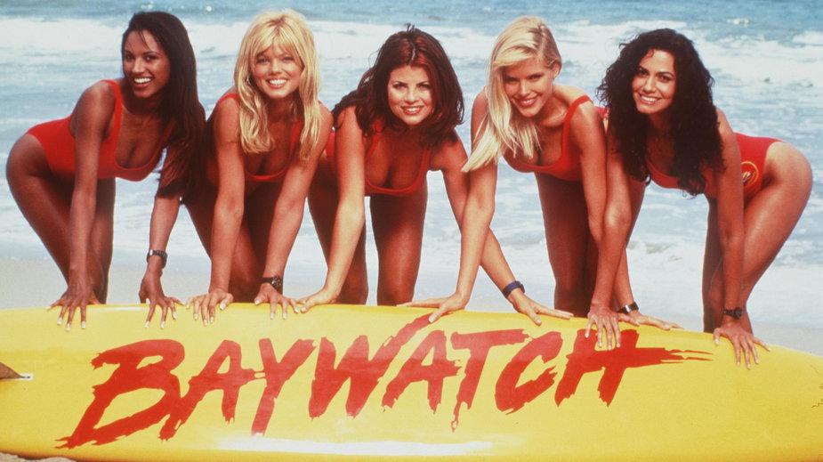 """Traci Bingham, Donna D'Errico, Yasmine Bleeth, Gena Lee Nolin i Nancy Valen w """"Słonecznym patrolu"""", 1996 r."""