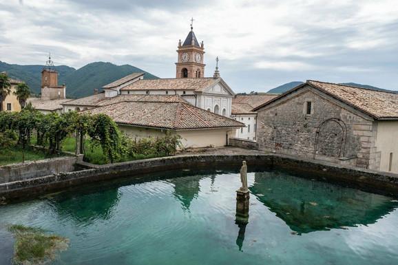 U manastiru će se osim populizma predavati i teologija, filozofija, istorija i ekonomija