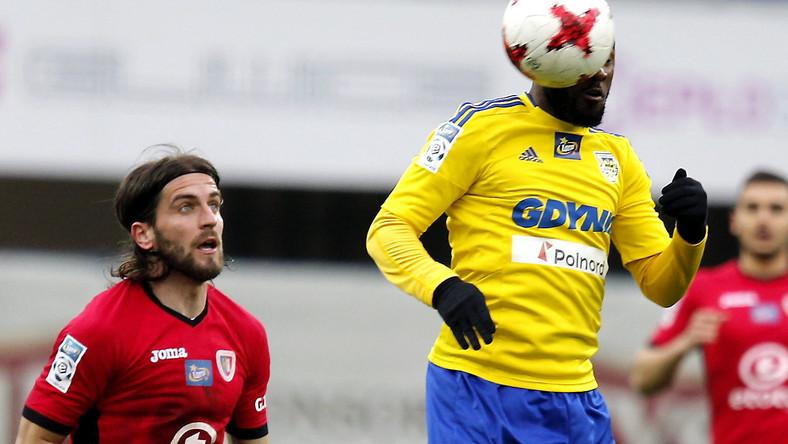 Piłkarz Piasta Gliwice Stojan Vranjes (L) i Yannick Kakoko (P) z Arki Gdynia podczas meczu Ekstraklasy