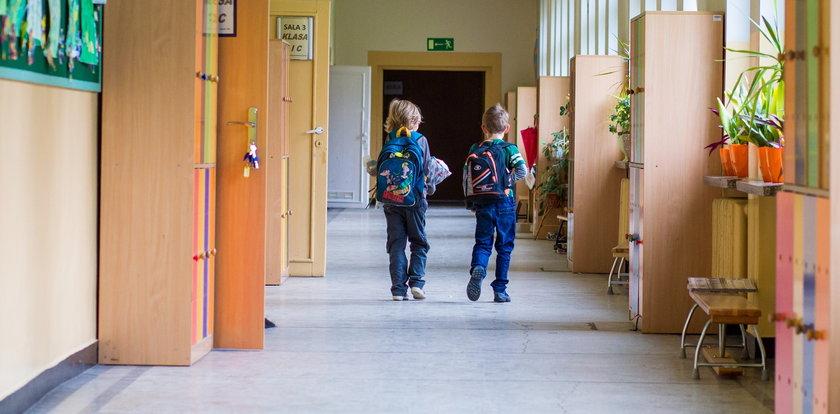 Matka zapytała w szkole, gdzie jest jej syn. Zdziwieni nauczyciele odkryli, że go nie ma. Brakowało też drugiego siedmiolatka...