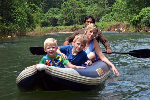Małgorzata z synami podczas spływu kajakowego w dżunglii Khao Sok