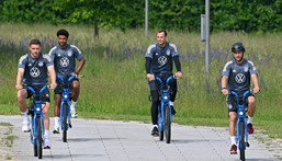 Serge Gnabry (second from left) cycles to Germany's training session on Friday with his team-mates Creator: Christof STACHE