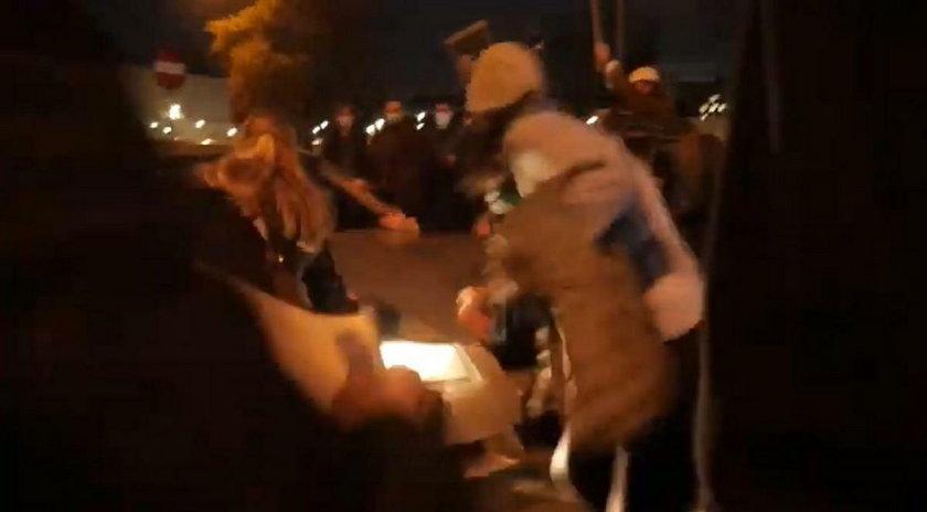 Prokurator chciała postawić zarzuty oficerowi ABW, który wjechał w demonstrantki. Odebrali jej śledztwo