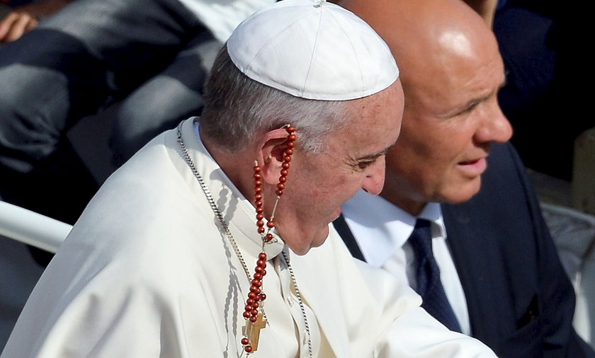 Papież z różaniec na uchu
