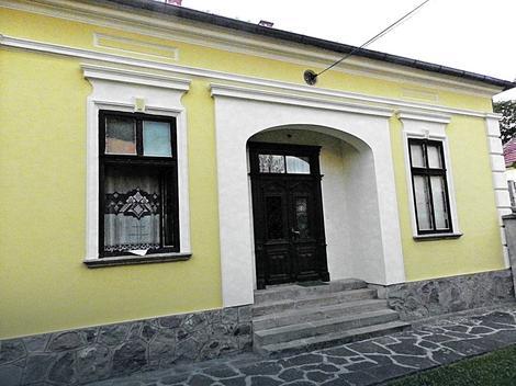 Kuću je 1908. godine sagradio kraljevački trgovac Filip Cvetić