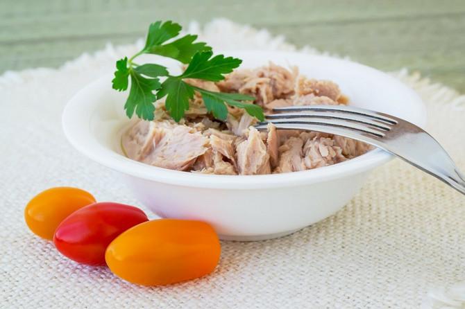 Tunjevina sadrži malo masti, a bogata je vitamin B i  omega-3 masnim kiselinama koje čuvaju srce
