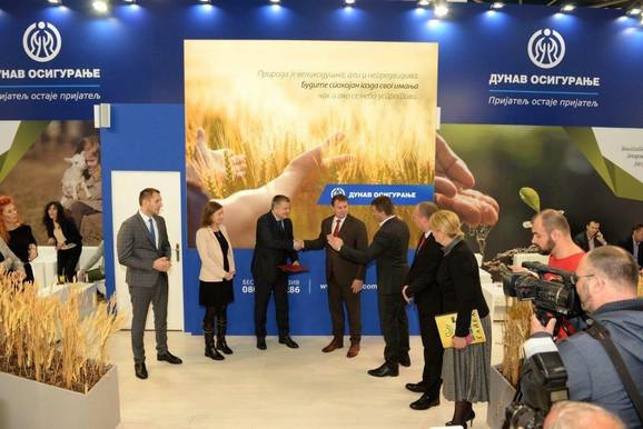Uručenje nagrade - Slobodan Cvetković, direktor Novosadskog sajma i Mirko Petrović, predsednik IO Dunav osiguranje, sa saradnicima