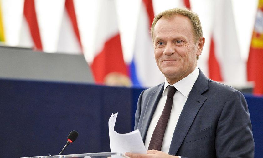 Tusk ośmiesza Kaczyńskiego w Strasburgu. Gromkie brawa i śmiech na sali!
