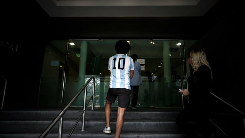 Fan Diego Maradony pod szpitalem