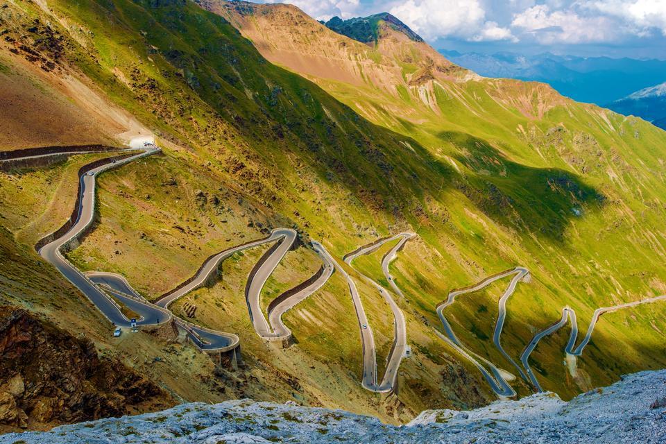 Droga na przełęcz Stelvio została wybudowana w latach 1820–1825 i łączy miejscowość Stelvio z Bormio na południowym zachodzie. Dojeżdżając od strony północnej jedzie się drogą, która ma 24 kilometry długości, średnie nachylenie 7,4 % i zawiera 48 ponumerowanych zakrętów. Dojazd z drugiej strony natomiast ma niższe nachylenie, choć niewiele, bo 7,1%.