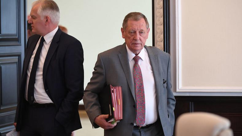 Minister środowiska w rządzie PiS ma 73 lata. Jego miesięczny średni dochód to 23 500 zł z czego aż 7 tys. zł to średnia emerytura.