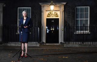 Wielka Brytania: May broni się przed wotum nieufności i rezygnacjami