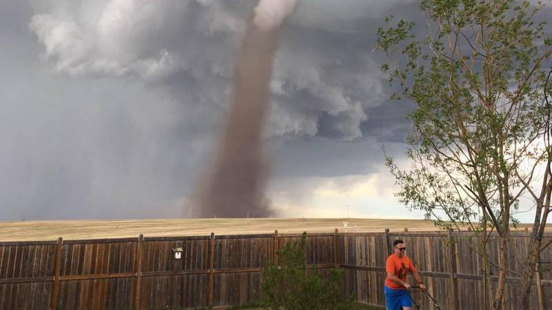 """Zdjęcie dnia: """"Kiedy nadchodzi tornado, a ty dalej kosisz trawę"""""""