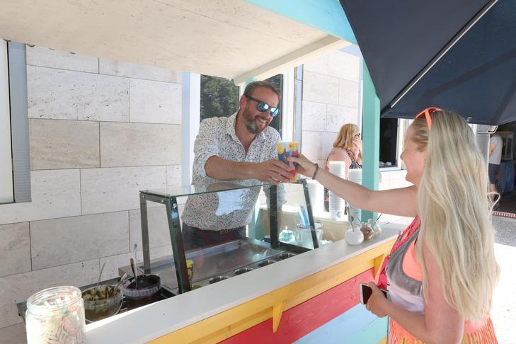 El bistró es un negocio familiar y Pál Nánási nunca deja de servir comida / Foto: Zita Pozsonyi
