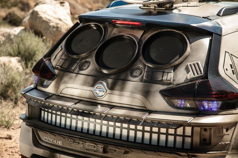 Nissan Rogue. Z tyłu wbudowano 3 ogromne głośniki Bose