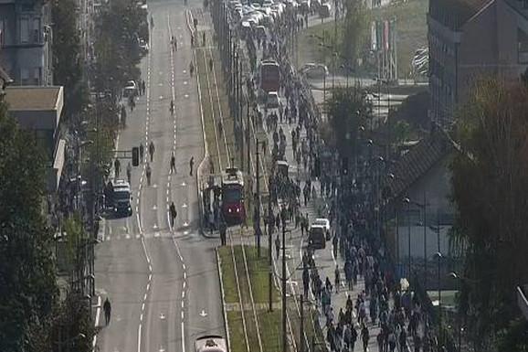 GRAĐANI OPKOLILI TAKSISTE Totalni haos na Savskom trgu, umalo došlo do MASOVNE TUČE (VIDEO)