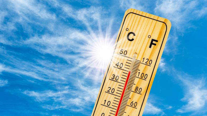 temperatura termometr upał gorąco słońce niebo. / fot. Shutterstock