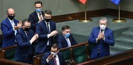 Morawiecki zszedł z mównicy przy aplauzie PiS-u. Uwagę zwraca jeden szczegół