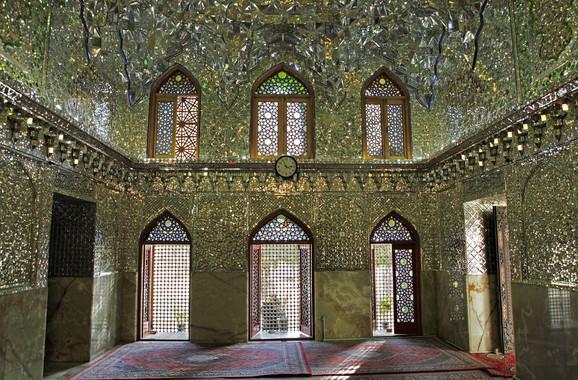 Ova džamija je i mauzolej posvećen šahu Širagu