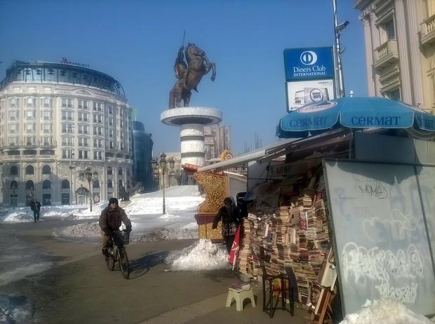 Skopje łączy skrajności. Uliczny stragan ze starymi książkami sąsiaduje z pompatycznym monumentem Aleksandra Wielkiego