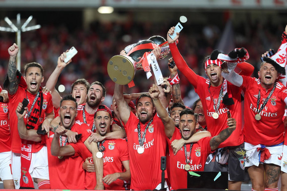 Slavlje fudbalera Benfike posle osvojene titule