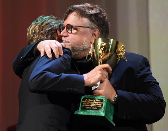 Giljermo Del Toro uručeje nagaradu Vilemu Defou
