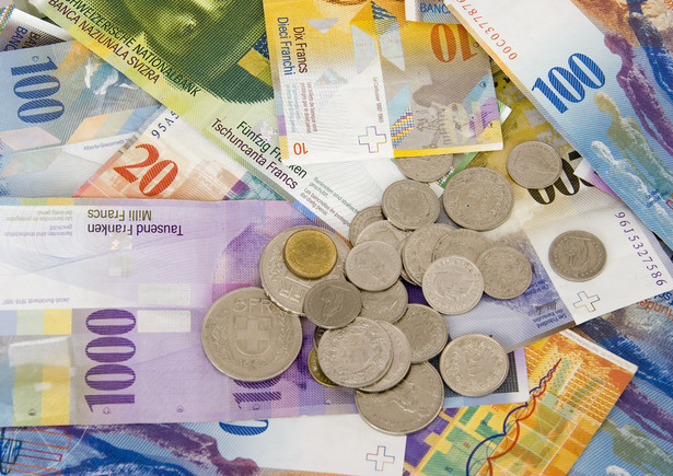Od środy każdy, kto zaciągnął kredyt we frankach szwajcarskich, nie będzie musiał spłacać rat według kursu walut narzuconego przez bank.