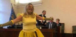 Radna lewicy jak pszczółka. Tak ubrała się na sesję rady miasta