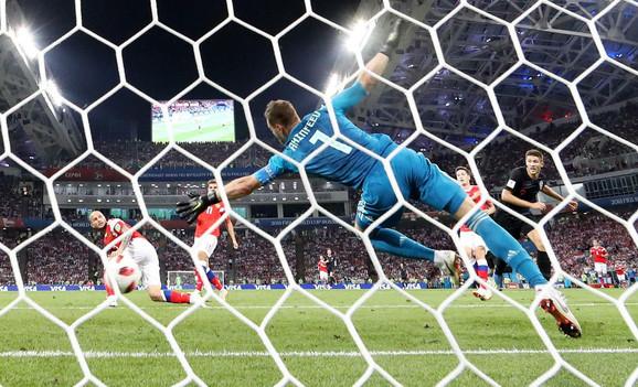 Andrej Kramarić daje glavom gol za 1:1